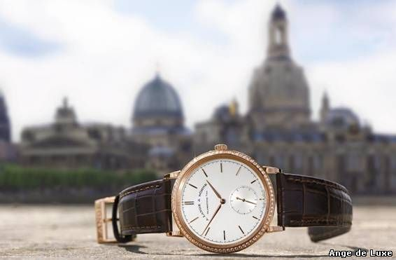 The SAXONIA AUTOMATIC, set with brilliants and equipped with a particularly thin automatic movement.
